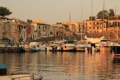 Insel von Procida, parkende Yachten lizenzfreie stockfotos