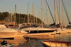 Insel von Procida, parkende Yachten lizenzfreie stockfotografie