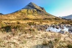 Insel von Skye, der Sligachan-Fluss und von Marsco in der Winterlandschaft, inneres Hebrides, Hochland, Schottland lizenzfreies stockbild