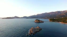 Insel von Sveti Stefan, Ansicht vom Strand von Crvena Glavica an stock footage