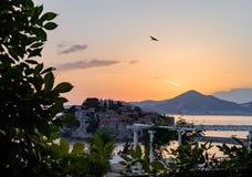 Insel von Sveti Stefan auf Sonnenuntergang Montenegro, das adriatische Meer, Stockbilder