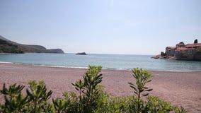 Insel von Sveti Stefan, Nahaufnahme der Insel am Nachmittag stock video footage