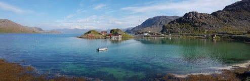 Insel von Trollholmen im Fjord Skipsfjorden lizenzfreie stockbilder
