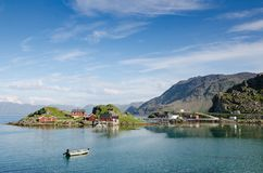 Insel von Trollholmen im Fjord Skipsfjorden stockfotografie