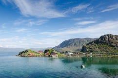Insel von Trollholmen im Fjord Skipsfjorden lizenzfreies stockfoto