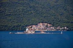 Insel vor der Küste von Perast Stockfotografie