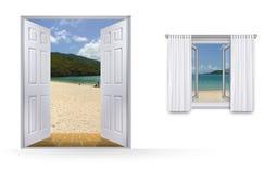 Inselansicht durch Türen und Fenster Stockfotografie