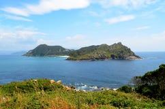 Inselansicht Sans Martiño von Faro-Insel (Islas Cies, Spanien) Stockbild