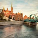 Inselbrücke Breslaus Tumski, klarer Sonnenuntergang Lizenzfreies Stockfoto