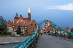 Inselbrücke Breslaus Tumski, klarer Sonnenuntergang Lizenzfreie Stockfotografie