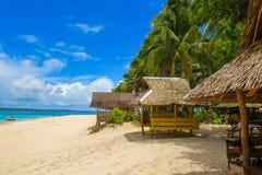 Inselhütten auf tropischem Strand lizenzfreie stockbilder