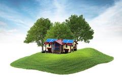 Inselhaus mit Sonnenkollektoren auf dem Kreuz, das in die Luft schwimmt Lizenzfreies Stockfoto