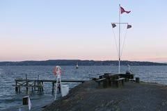 Inselküste mit Erholungsort- oder Picknickplatz am windigen Abend lizenzfreie stockbilder