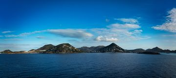 Inseln gesehen vom Schiff in Meer lizenzfreies stockfoto