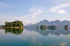 Inseln und Berge im See Stockfotos