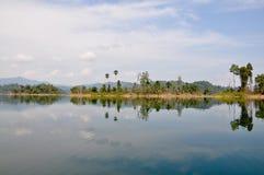 Inseln und Berge im See Lizenzfreies Stockfoto