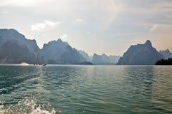Inseln und Berge im See Lizenzfreie Stockfotos