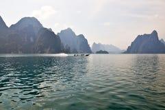 Inseln und Berge im See Stockfotografie