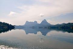 Inseln und Berge im See Stockbilder