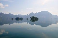 Inseln und Berge im See Stockbild