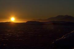 Inseln und Wasser des antarktischen Winterabends Lizenzfreie Stockfotos