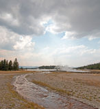 Insenatura aggrovigliata che si imbatte in lago caldo nell'ambito del cloudscape del cumulo nel bacino più basso del geyser nel p Immagini Stock