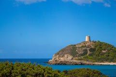 Insenatura della Sardegna Italia Torre de Chia con cielo blu immagini stock libere da diritti