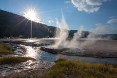 Insenatura e Cliff Geyser della primavera del ferro in bacino nero del geyser della sabbia dentro fotografia stock
