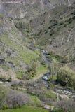 Insenatura & montagne dell'Armenia in primavera Fotografia Stock Libera da Diritti