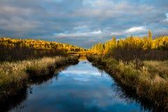Insenatura stretta con le riflessioni della nuvola fotografie stock libere da diritti