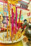 Insence cola no templo chinês, Yangon, Myanmar Fotos de Stock