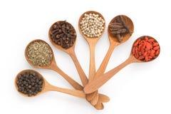 Inserção que picante da erva uma colher de madeira arranjou para preparar o alimento em um w Fotografia de Stock Royalty Free