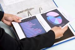 Inserción de documentos en carpeta foto de archivo libre de regalías