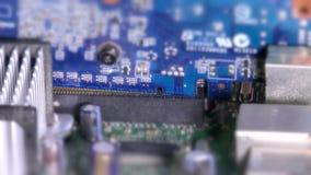 Inserción de la ranura y de la tarjeta gráfica de la placa madre PCI-E almacen de video