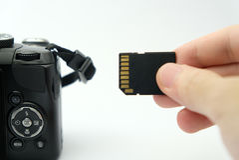 Inserción de la tarjeta del SD en una cámara de DSLR Fotografía de archivo libre de regalías