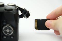 Inserción de la tarjeta del SD en una cámara de DSLR Fotos de archivo libres de regalías