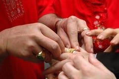 Inserción de un anillo de oro imágenes de archivo libres de regalías