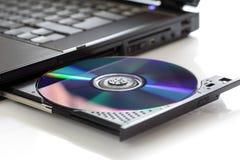 Inserción de un CD en blanco imagenes de archivo