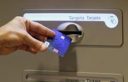Inserción de una tarjeta de crédito en una atmósfera Fotos de archivo libres de regalías