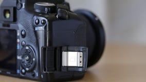 Inserción de una tarjeta de memoria en ranura de la cámara almacen de metraje de vídeo