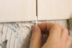 Inserción del espaciador del azulejo imagen de archivo libre de regalías