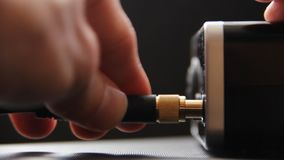 Inserendo il cavo della spina con doratura nell'uscita del microfono archivi video