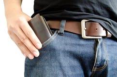 Inserendo il portafoglio nella tasca Immagini Stock