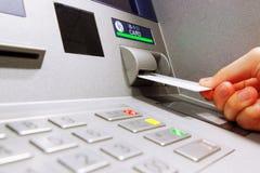 Inserisca la carta in una macchina di BANCOMAT Immagini Stock Libere da Diritti
