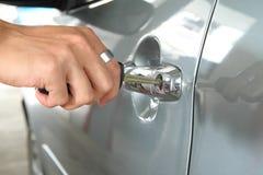 Inserisca la chiave alla maniglia dell'automobile Immagini Stock Libere da Diritti