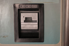 Inserisca la scanalatura di moneta 20 50 100 nei quarti fotografia stock libera da diritti