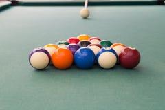 Inserisca mirare la palla bianca per rompere i billards dello snooker sulla tavola immagini stock