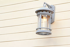 Inserito la lampada sulla parete. Fotografia Stock