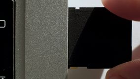Inserta la tarjeta del SD en el ordenador portátil almacen de metraje de vídeo