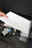 Inserta un papel A4 en una copiadora del laser Fotos de archivo